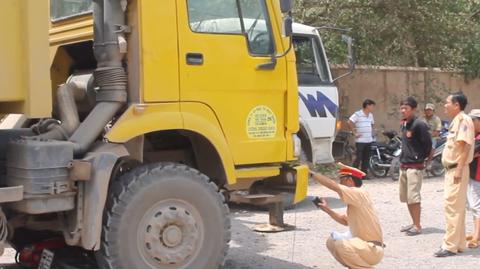 Thanh nien mang ho so xin viec bi xe tai can tu vong hinh anh
