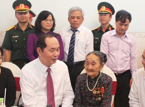 Chu tich nuoc tham, tang qua me Viet Nam anh hung hinh anh