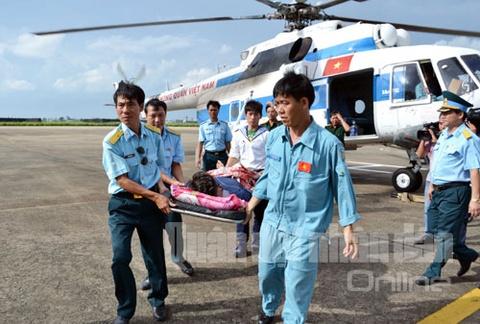 Dung Mi-171 chuyen benh nhan tu dao Tho Chu ve dat lien hinh anh