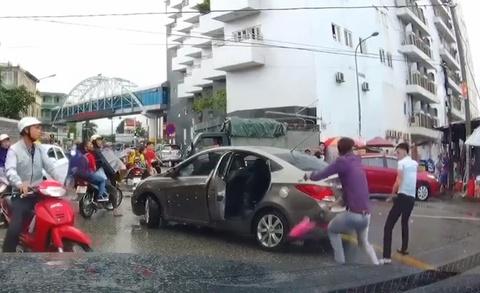 Tạm giữ người đi xe máy chém đứt gân tài xế ôtô