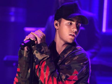 Justin Bieber chia se ly do bat khoc tai le trao giai VMA 2015 hinh anh