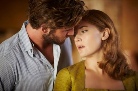 Liam Hemsworth ke chuyen dong canh nong voi Kate Winslet hinh anh