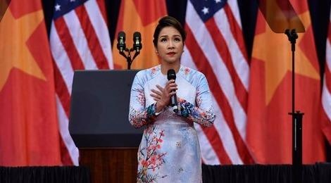 Ca si My Linh hat Quoc ca day xuc dong don ong Obama hinh anh