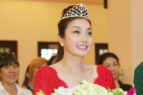 Hoa hau Ly Thu Thao tai xuat showbiz sau 25 nam dang quang hinh anh