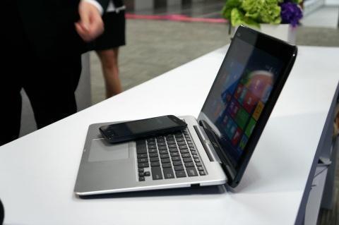 Laptop bien hinh thanh may tinh bang, gan smartphone den VN hinh anh