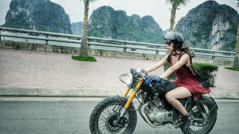 Nguyen Hong Hanh va chiec mo to 'be bu' hinh anh