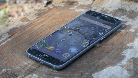 Nhung smartphone chong nuoc cho mua he hinh anh