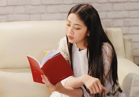 MC Lieu Ha Trinh: 'Toi nghien cam but' hinh anh