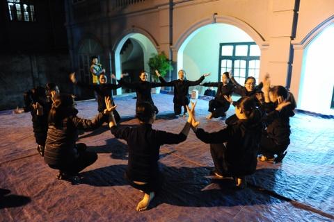 Cac nha tho chuan bi don Giang sinh hinh anh 10 Tại nhà thờ Phùng Khoang, các sơ đang tập múa để biểu diễn trong đêm 24-12.