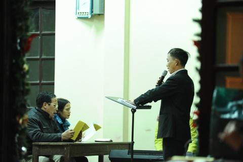 Cac nha tho chuan bi don Giang sinh hinh anh 11 Và các giáo dân đã tập hợp lại để nghe thuyết giảng và học hát thánh ca. Nằm giữa khu dân cư đông đúc gần chợ đầu mối, năm nào nhà thờ Phùng Khoang cũng tổ chức chương trình lớn, thu hút hàng nghìn người dân tham gia.