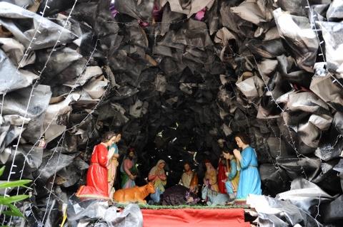 Cac nha tho chuan bi don Giang sinh hinh anh 5 Tại nhà thờ Thái Hà, hình ảnh của chúa Giêsu ra đời được các giáo dân làm rất cầu kỳ. Vài chục người đã thay phiên