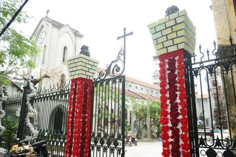 Cac nha tho chuan bi don Giang sinh hinh anh 7 Tại nhà thờ Hàm Long, hoa đỏ được gắn suốt hai bên cổng.