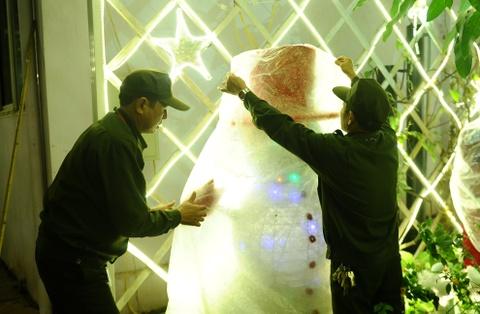 Khu vuon Noel dep long lay cua sinh vien Thang Long hinh anh 8 Để tạo nên khu vườn này, các bác bảo vệ đã tự tay căng từng bóng đèn, đặt từng tượng xốp. Cứ mỗi tối, sau khi sinh viên ra về, các bác lại cẩn thận bọc ni lông, trùm bạt để các mô hình luôn mới.