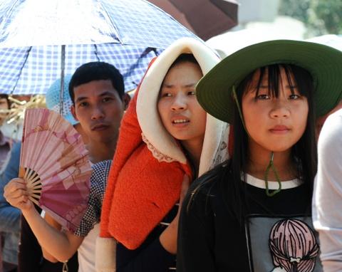 Xep hang 2 tieng chua len duoc cap treo di Chua Huong hinh anh 3