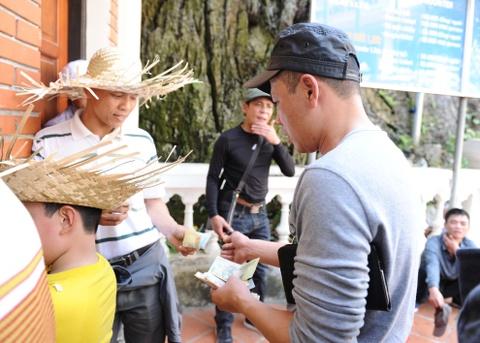 Xep hang 2 tieng chua len duoc cap treo di Chua Huong hinh anh 6