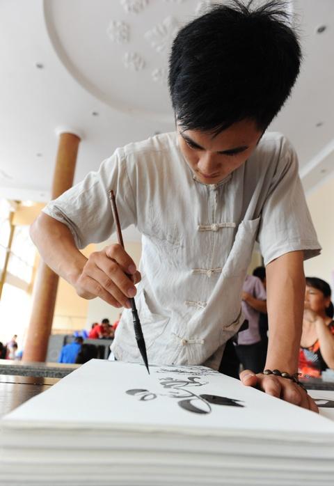 Nguoi dan Thanh Hoa doi mua bao di hien mau hinh anh 12