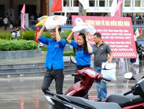 Nguoi dan Thanh Hoa doi mua bao di hien mau hinh anh 2