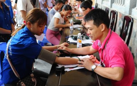 Nguoi dan Thanh Hoa doi mua bao di hien mau hinh anh 6
