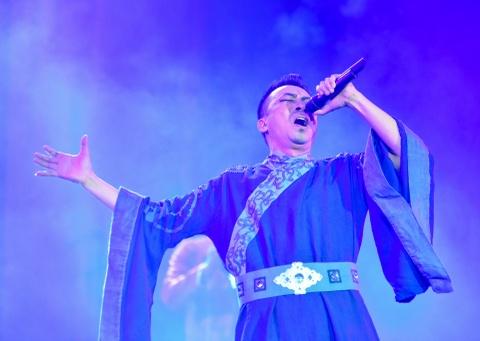 Siu Black tro lai day mau lua trong live show Nguyen Cuong hinh anh 6