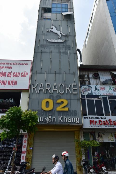 Quan karaoke treo bien quang cao che kin mat tien hinh anh 3
