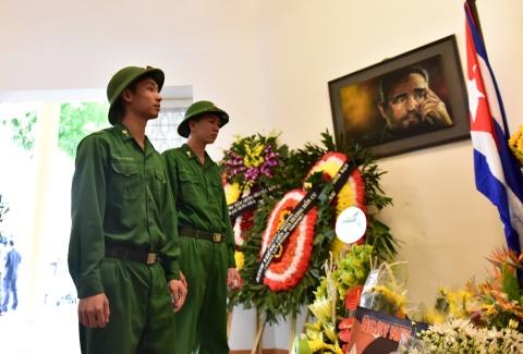 Ha Noi treo co ru ngay quoc tang tuong nho Fidel Castro hinh anh 11