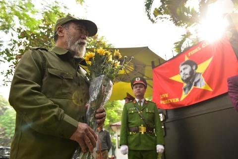 Ha Noi treo co ru ngay quoc tang tuong nho Fidel Castro hinh anh 7