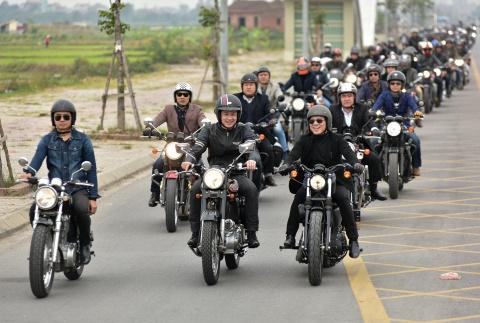 Doan moto dieu hanh tren cac neo duong o Ha Noi de tuong nho ca si Tran Lap hinh anh