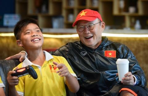 Ong Park Hang-seo choi game voi cau thu nhi truoc khi huan luyen U23 hinh anh