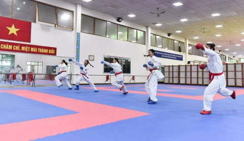 Nu van dong vien karate miet mai tap luyen truoc them ASIAD 2018 hinh anh 1
