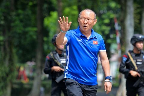 Hang tram hoc sinh Indonesia doi theo buoi tap cua Olympic Viet Nam hinh anh 4