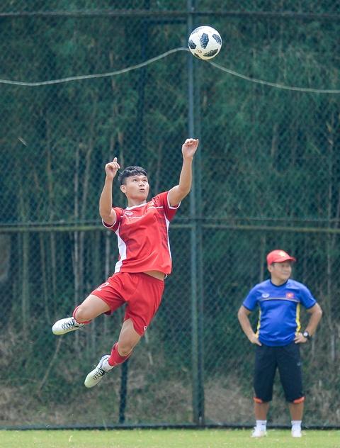 Hang tram hoc sinh Indonesia doi theo buoi tap cua Olympic Viet Nam hinh anh 9