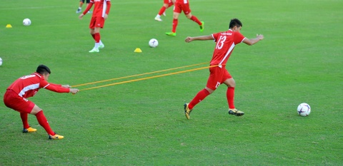 HLV Park cang thang khi theo doi hoc tro tap luyen truoc them AFF Cup hinh anh 7