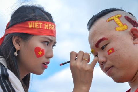 Cổ động viên diễu hành tiếp lửa cho đội tuyển Việt Nam