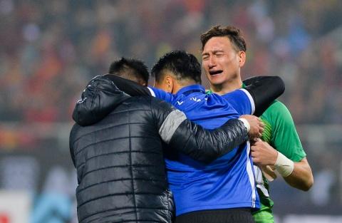 Dang Van Lam khoc sau khi giup tuyen Viet Nam vo dich AFF Cup hinh anh
