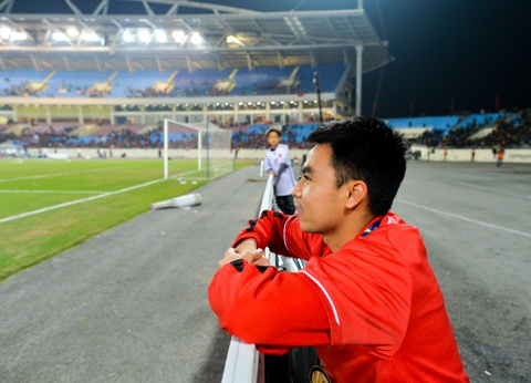 Duc Huy chup anh tai noi ngoi nhat bong o AFF Cup 2008 hinh anh