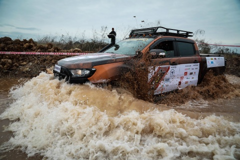 Hon 50 xe ban tai loi nuoc, vat lon trong bun o Quang Ninh hinh anh