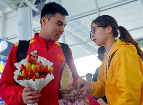 Duc Huy duoc fan nu tang bo hoa dau tay truoc khi sang Qatar hinh anh