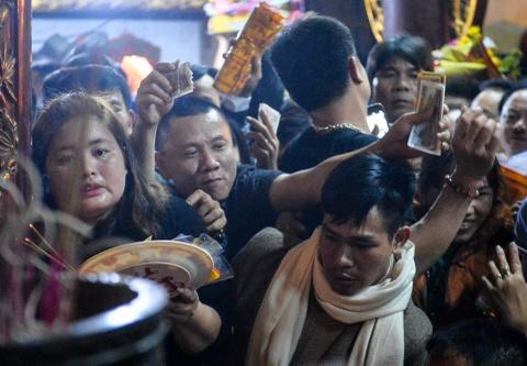 Đại biểu vơ lộc, ném tiền đêm khai ấn đền Trần