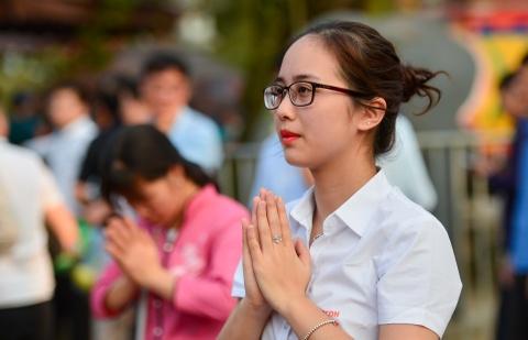 Nhân viên văn phòng tấp nập đến đền Trần trước giờ khai ấn