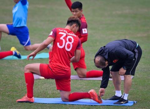 Thay Park Hang-seo tho doc khi khoi dong voi hoc tro hinh anh 4