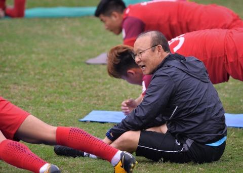 Thay Park Hang-seo tho doc khi khoi dong voi hoc tro hinh anh 6