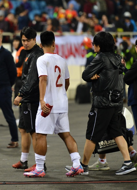 Quang Hai den nam tay me sau khi thang U23 Indonesia hinh anh 10