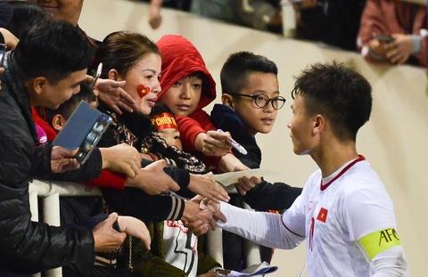 Quang Hai den nam tay me sau khi thang U23 Indonesia hinh anh 2