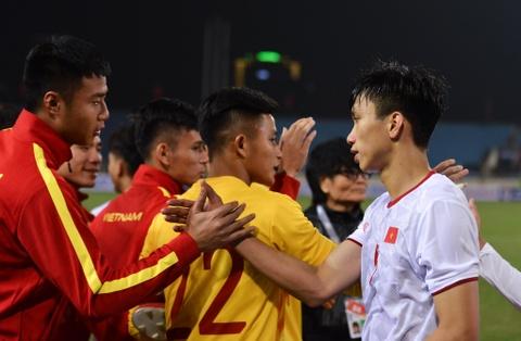 Quang Hai den nam tay me sau khi thang U23 Indonesia hinh anh 8