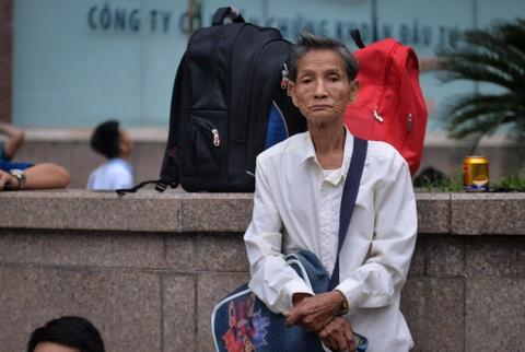 Xep hang tu 2h cho xin visa Han Quoc: Mat cho chi vi di ve sinh hinh anh 10