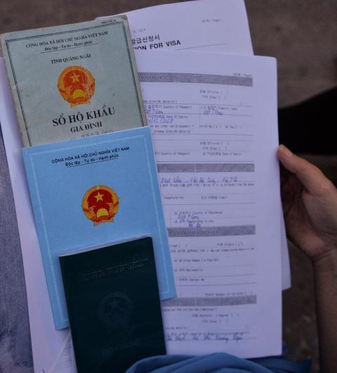 Xep hang tu 2h cho xin visa Han Quoc: Mat cho chi vi di ve sinh hinh anh 14