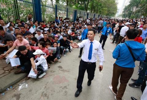 Xep hang tu 2h cho xin visa Han Quoc: Mat cho chi vi di ve sinh hinh anh 11