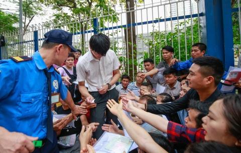Xep hang tu 2h cho xin visa Han Quoc: Mat cho chi vi di ve sinh hinh anh 12