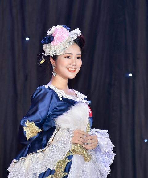 Nam sinh mac vay trong dem chung ket Miss & Mr DH Quoc gia Ha Noi hinh anh 3