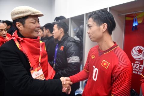 Hai bo truong dong vien toan doi U23 Viet Nam trong phong thay do hinh anh